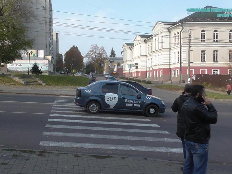 ВКурске таксист сбил напереходе семейную пару