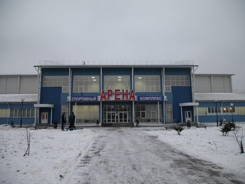 Вкурском спорткомплексе «Арена» начали заливать лед