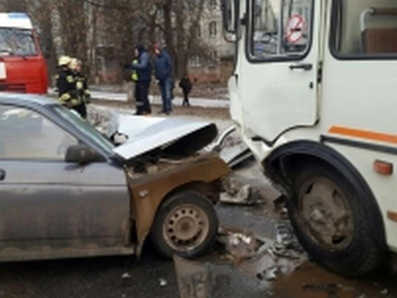 ВКурске ВАЗ столкнулся савтобусом иотлетел наЛаду Калину